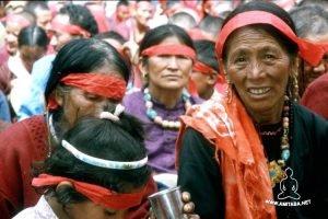Donne con le fasce rosse